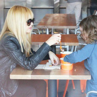 Rachel Zoe merendando con su hijo Skyler Morrison Berman en Los Angeles