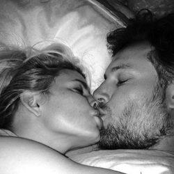 Jessica Simpson y Eric Johnson hacen un 'selfie' dándose un beso
