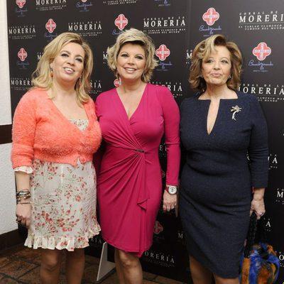 María Teresa Campos con sus hijas Carmen y Terelu en los Premios Pata Negra 2014