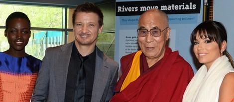 Lupita Nyong'o, Jeremy Renner y Eva Longoria junto al Dalai Lama en un acto organizado por la Fundación Lourdes en Los Angeles