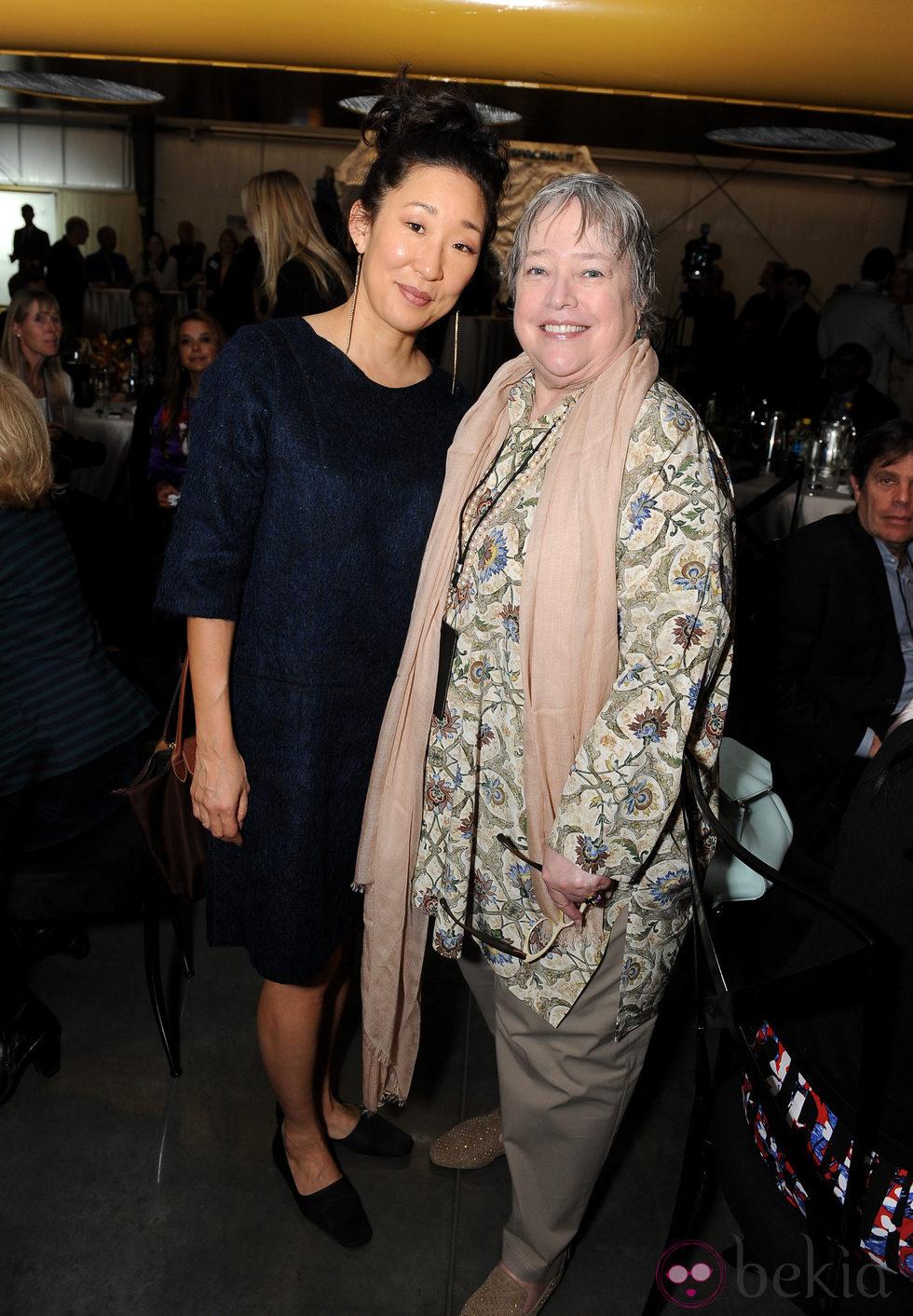 Sandra Oh y Kathy Bates en un acto organizado por la Fundación Lourdes en Los Angeles para conocer al Dalai Lama