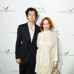 Christina Hendricks y Geoffrey Arend en un acto organizado por la Fundación Lourdes en Los Angeles para conocer al Dalai Lama