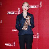 Scarlett Johansson posa con su galardón en los Premios César 2014