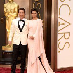 Matthew McConaughey y Camila Alves en la alfombra roja de los Oscar 2014