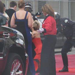 Jennifer Lawrence se tropieza y cae en la alfombra roja de los Oscar 2014