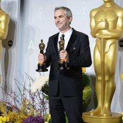 Alfonso Cuarón posa con su premio en los Oscar 2014
