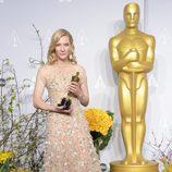 Cate Blanchett posa con su premio en los Oscar 2014