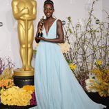 Lupita Nyong'o posa con su premio en los Oscar 2014