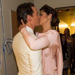 Matthew McConaughey y Camila Alves besándose en los Oscar 2014