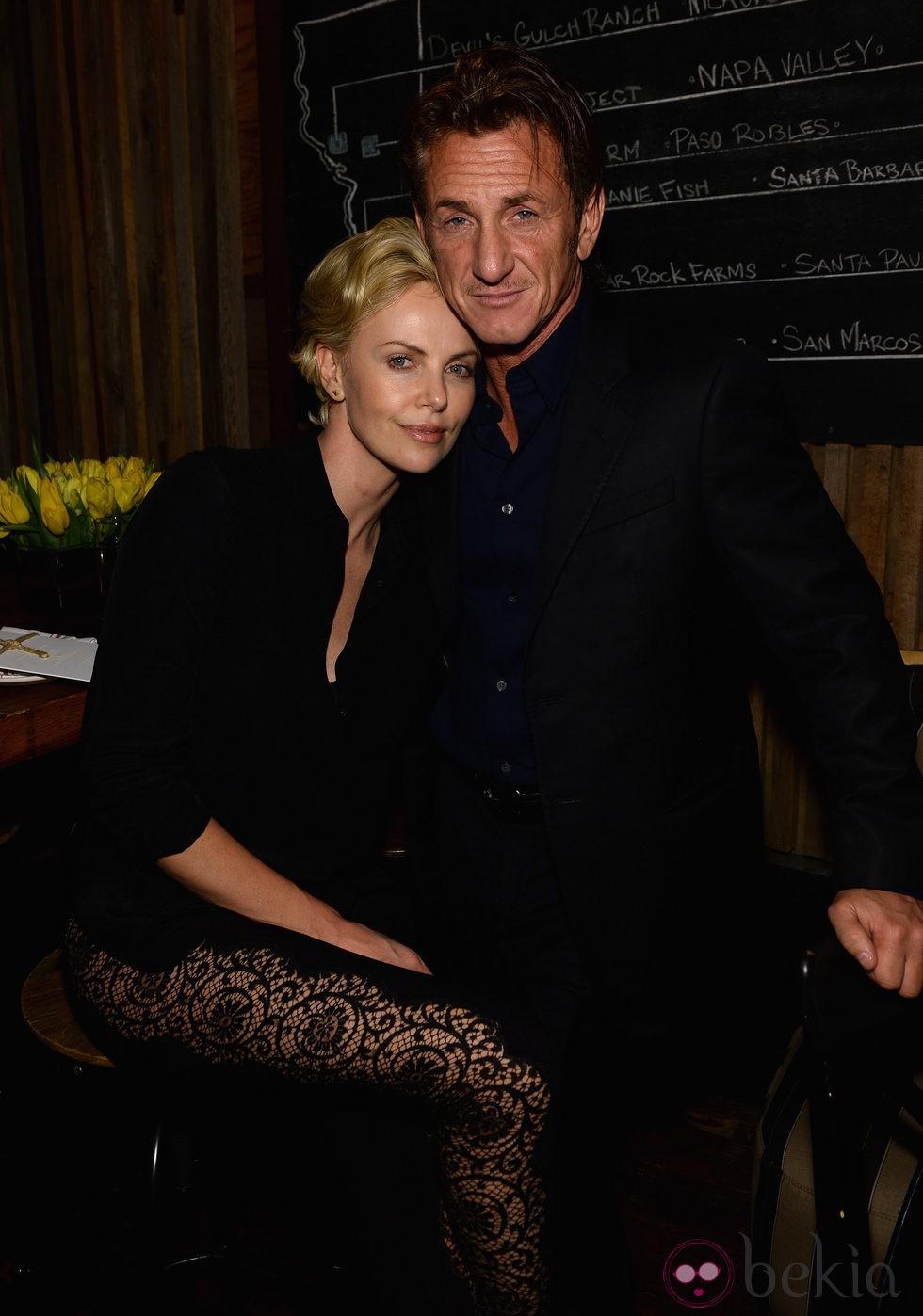 Charlize Theron y Sean Penn muy cariñosos en una fiesta en Los Angeles