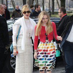 Melanie Griffith y Stella Banderas en la Semana de la Moda de Paris 2014