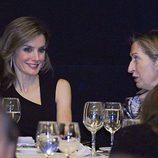 La Princesa Letizia charla con Ana Pastor en el homenaje a Enrique V. Iglesias