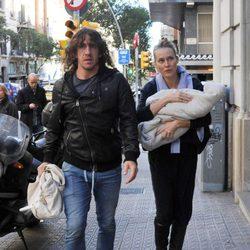 Carles Puyol y Vanesa Lorenzo con su hija Manuela en Barcelona