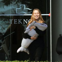 Vanesa Lorenzo con su hija Manuela en brazos