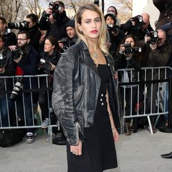 Alice Dellal en el desfile de Chanel de la Paris Fashion Week