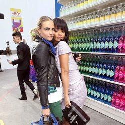 Cara Delevingne y Rihanna en el desfile de Chanel en la Paris Fashion Week 2014