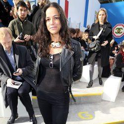 Michelle Rodriguez en el desfile de Chanel de la Paris Fashion Week