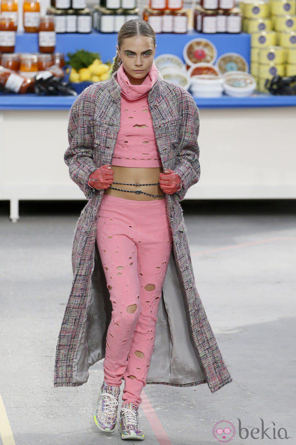 Cara Delevingne desfilando para Chanel en la Paris Fashion Week
