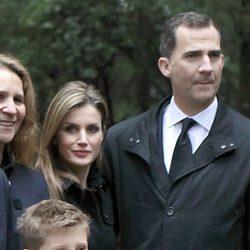 Los Príncipes Felipe y Letizia y la Infanta Elena en el funeral en memoria del Rey Pablo de Grecia