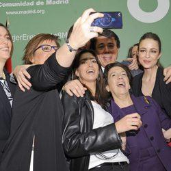 Ignacio González junto a las galardonadas con el premio otorgado por la Comunidad de Madrid con motivo Día Internacional de la Mujer