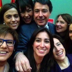 Selfie de Ignacio González y las ganadoras del premio otorgado por la Comunidad de Madrid con motivo del Día internacional de la Mujer