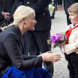 Mette-Marit habla con un niño en el acto celebrado el Día Internacional de la Mujer