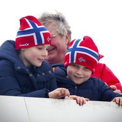 Ingrid Alexandra y Sverre Magnus de Noruega en el salto de esquí de Holmenkollen 2014