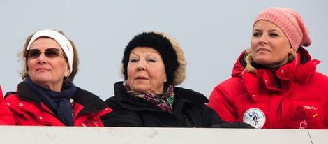 Sonia de Noruega, Beatriz de Holanda y Mette-Marit de Noruega en el salto de esquí de Holmenkollen 2014