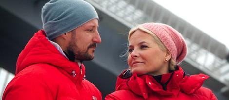 Haakon y Mette-Marit de Noruega se dedican una tierna mirada en el salto de esquí de Holmenkollen 2014