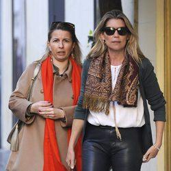 Patricia Rato paseando con una amiga por Madrid