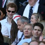El Príncipe Harry y Cressida Bonas en un partido de rugby