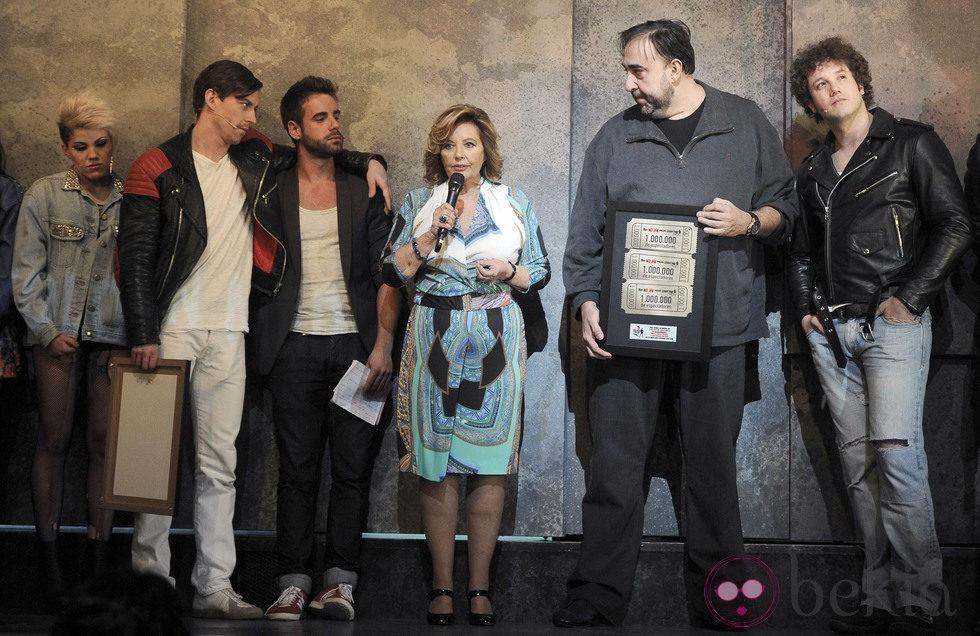 María Teresa Campos celebra con Adrián Lastra, Daniel Diges y Angy el éxito de 'Hoy no me puedo levantar'