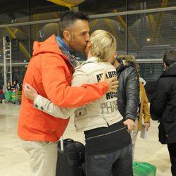 Aran Aznar y Rafa Lomana abrazándose antes de poner rumbo a Honduras para participar en 'Supervivientes'