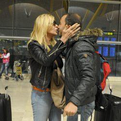 Bibiana Fernández y Antonio Tejado en el aeropuerto antes de irse a Honduras para participar en 'Supervivientes'