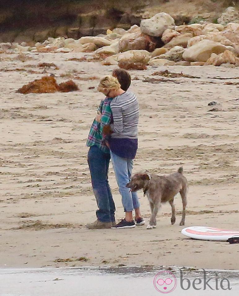 Charlize Theron y Sean Penn abrazados en una playa de Malibú