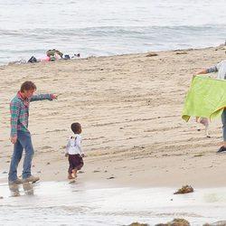 Charlize Theron con su hijo Jackson y Sean Penn en una playa de Malibú