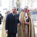El Príncipe Carlos en una misa en memoria de David Frost