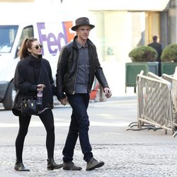 Elizabeth Olsen y Boyd Holbrook paseando cogidos de la mano por París
