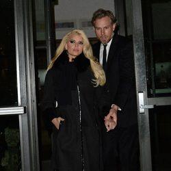 Jessica Simpson saliendo de un restaurante de Nueva York con Eric Johnson