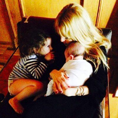 Rachel Zoe descansando con sus hijos Kaius Jagger y Skyler Morrison