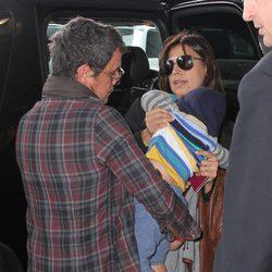 Alejandro Sanz y Raquel Perera con su hijo Dylan en el aeropuerto de Miami