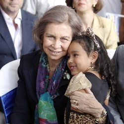 La Reina Sofía abraza a una niña en Guatemala