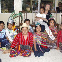 La Reina Sofía con los niños del proyectos de las Hermanas Carmelitas