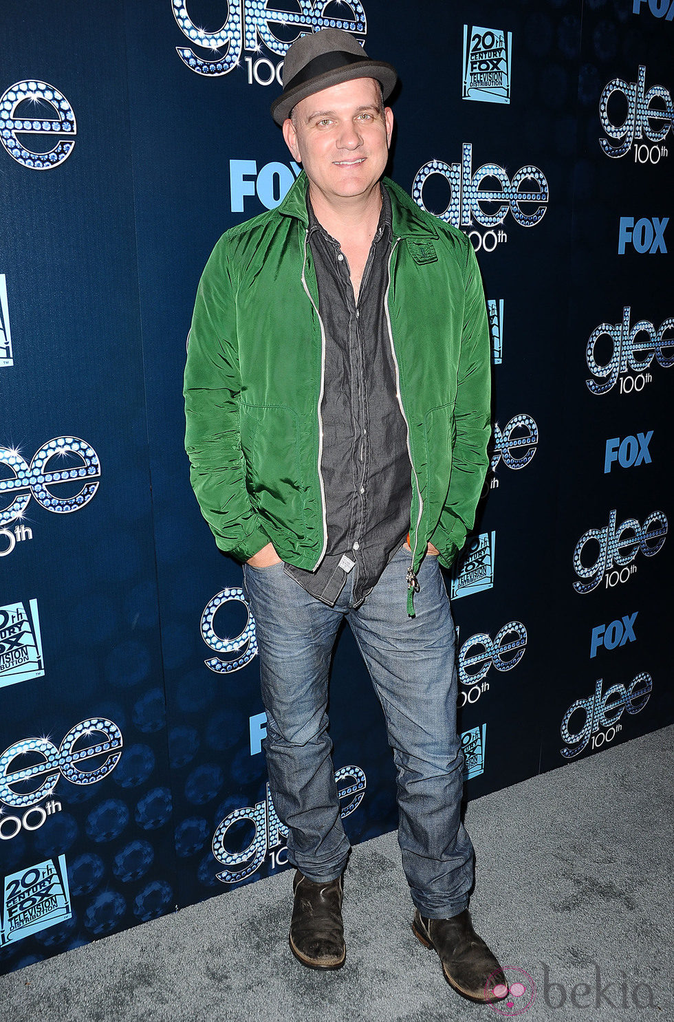 Mike O'Malley en la fiesta del episodio 100 de 'Glee'