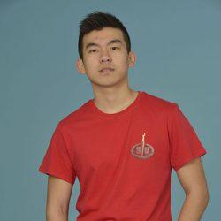 Yong Li posando como concursante de 'Supervivientes 2014'