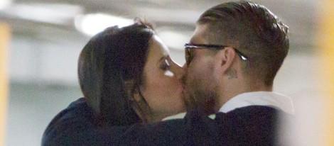 Sergio Ramos y Pilar Rubio besándose en el parking de un centro comercial