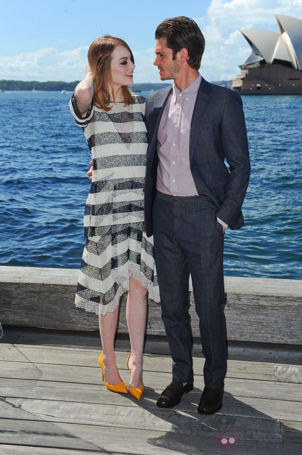 Emma Stone y Andrew Garfield se dedican una tierna mirada en la promoción de 'The Amazing Spider-Man 2: El poder de Electro'
