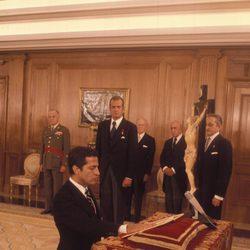 Adolfo Suárez jurando su cargo del Presidente del Gobierno