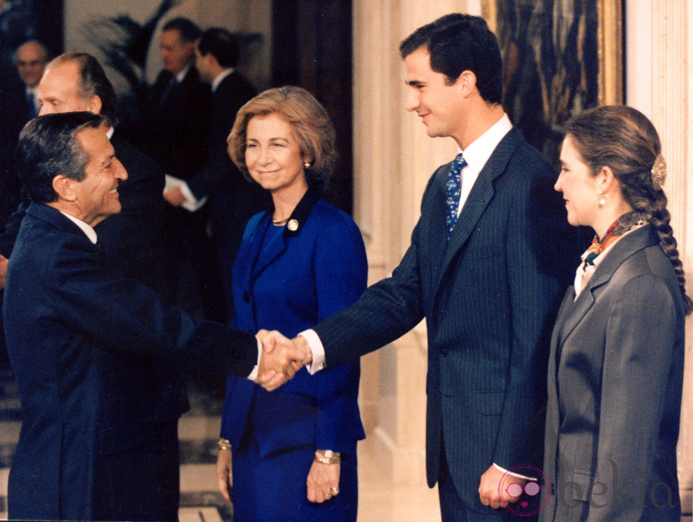 Adolfo Suárez saludando a la Reina Sofía, el Príncipe Felipe y la Infanta Elena