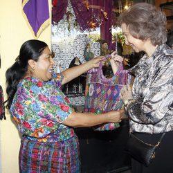 La Reina Sofía se interesa por unas prendas en Guatemala